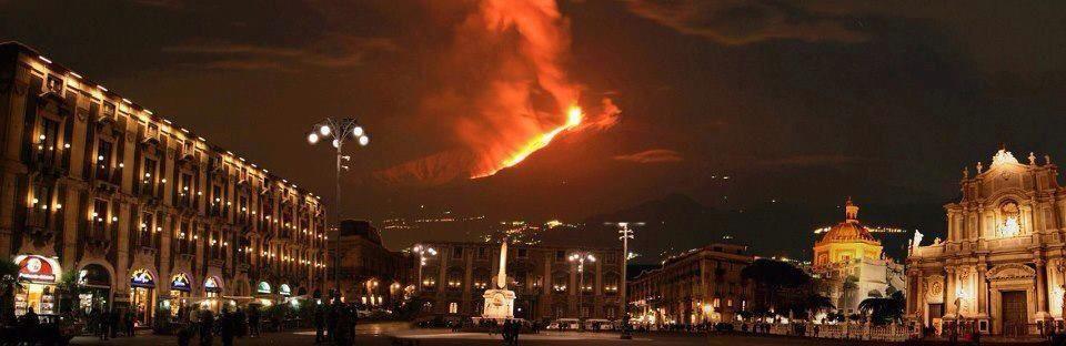 Le spettacolari immagini dell'eruzione dell'Etna [FOTO]: Un fiume di lava e le spettacolari immagini dellEtna in eruzione fanno il paio alla bolla dacqua avvenuta un paio di giorni fa a Catania  - www.thereport.it