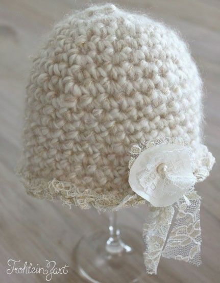 Gehäkelte Babymütze mit Blume und Spitze. Entworfen und handgemacht von Frohlein Zart.