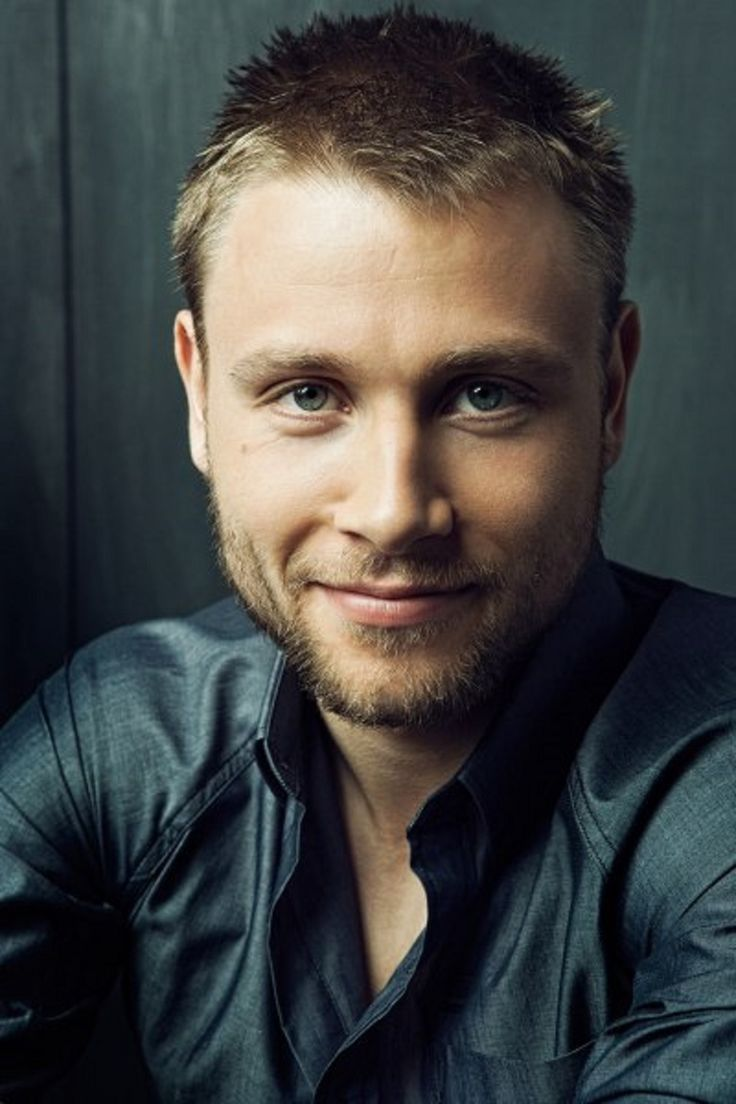 Max Riemelt earned a  million dollar salary - leaving the net worth at 0.8 million in 2018
