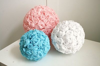 Como fazer bolas de rosinhas de crepon  http://passoapasso.reciclaedecora.com/artesanato-em-papel/bolas-decorativas-com-rosas-de-crepom/#more-427