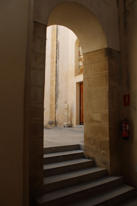 iglesia inacabada del Hospital de la Divina Providencia, en El Puerto de Santa María, nave lateral del templo y acceso al altar mayor