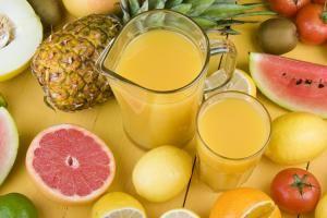 Zumos para bajar de peso- Bajar de peso es , para la medicina natural , un tema más de salud que estético y por eso recomendamos tomar zumos o jugos naturales recién hechos.