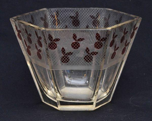 Vaso sextavado em grosso cristal da Bohemia, no estilo Art Deco decorado com frutas vermelhas. Anos