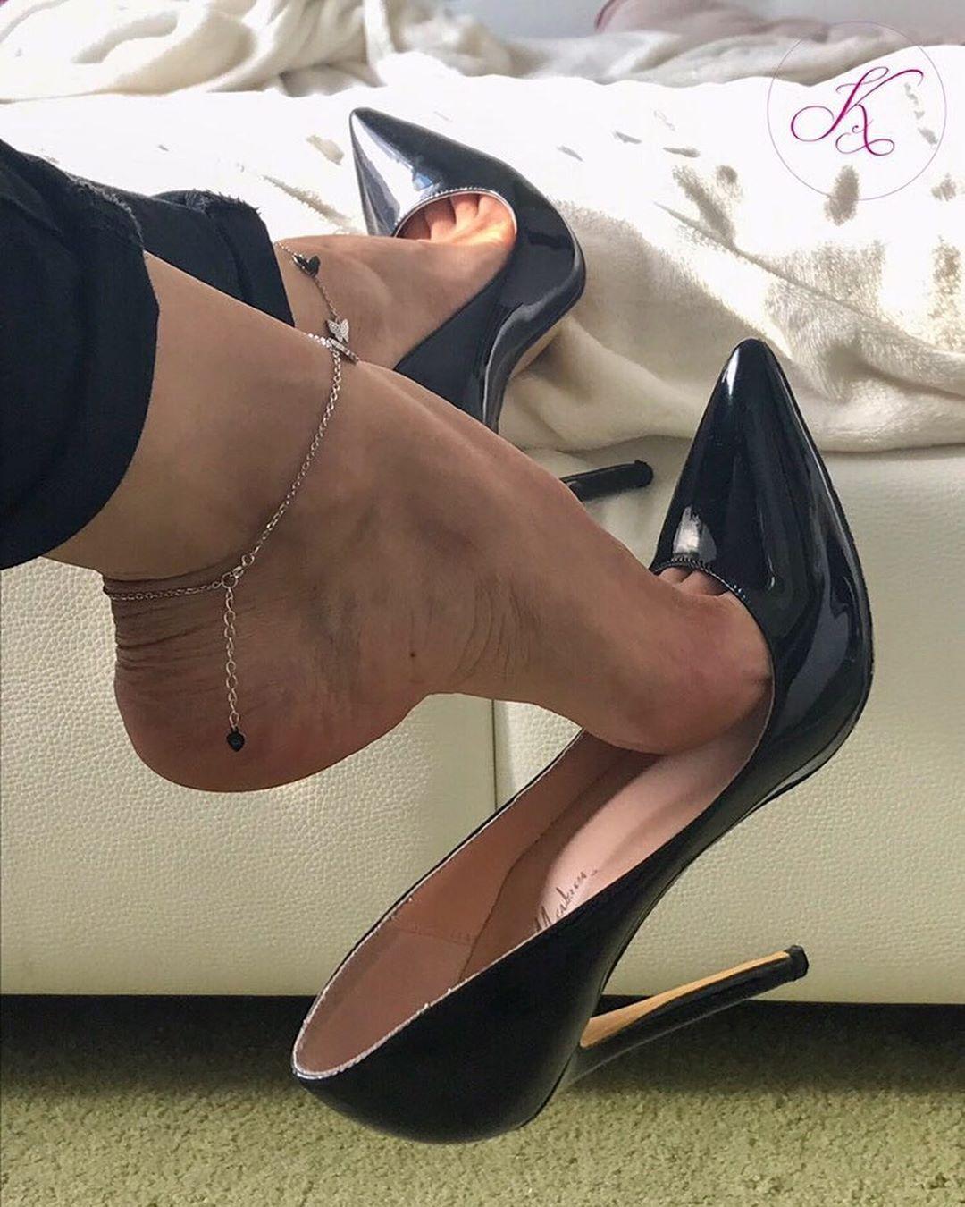 𝓒𝓵𝓪𝓼𝓼𝔂 𝓦𝓸𝓶𝓪𝓷 Kat Feet Happysunday Chillin Blackheels Pumps Stilettos Tacchi Shoefie Heeladdict Pantyhose Heels Heels Stiletto Heels