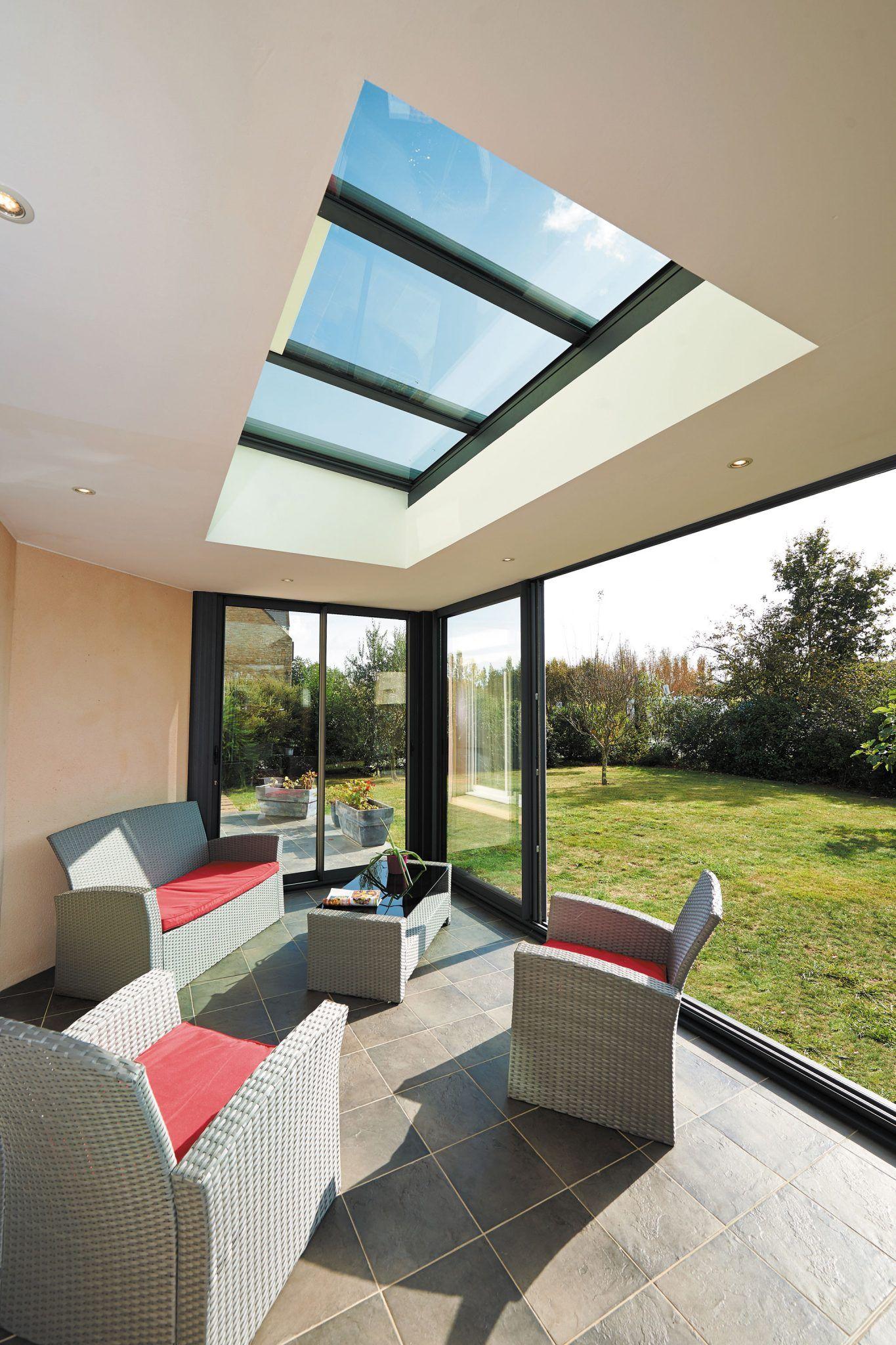 Une véranda à toit plat noir aménagée en salon   Amenagement veranda, Veranda toit plat, Idées ...