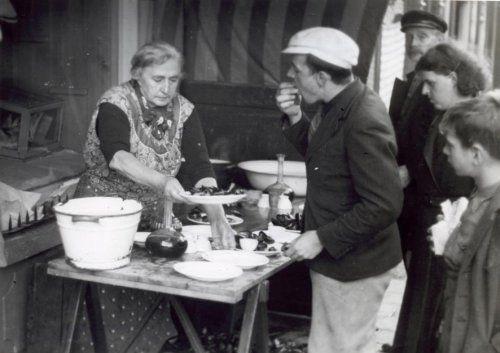 Tweede Wereldoorlog, visventers, visverkoop. 'Tante Mien