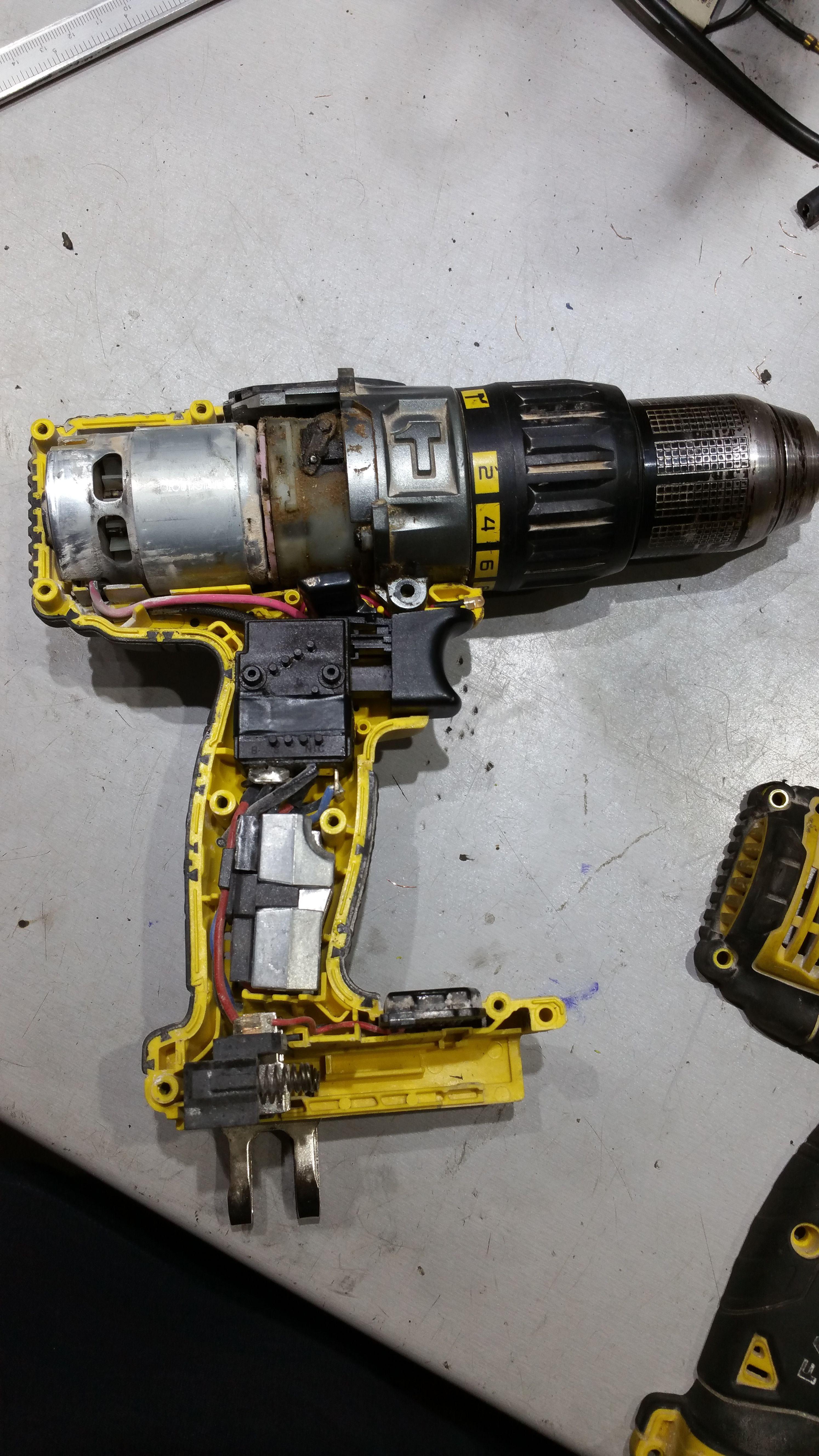 Vista interna de un taladro de batería Dewalt Power Tool Accessories,  Electrical Engineering, Motor