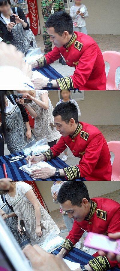 Jung Kyung Ho em sessão de autógrafos para o exército (Maio de 2011) #jungkyngho #정경호 .fonte:sool