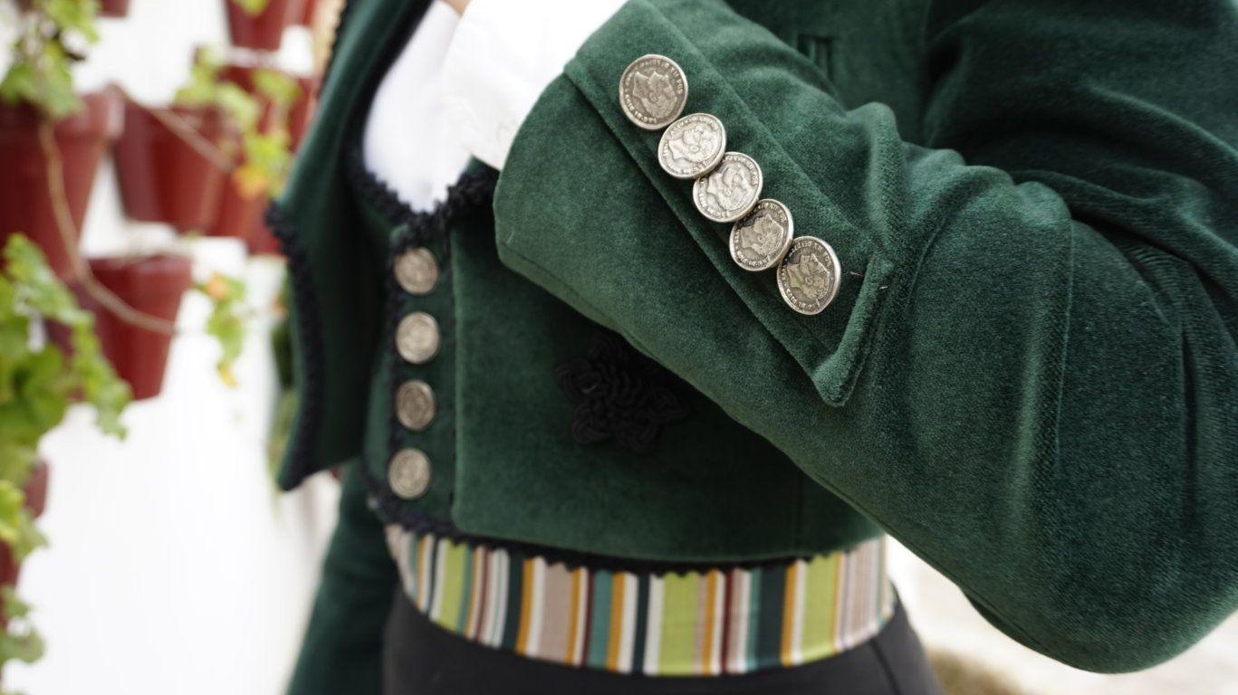 Chaquetilla de terciopelo verde a juego con chalequillo y catite ... 51cad58c410b