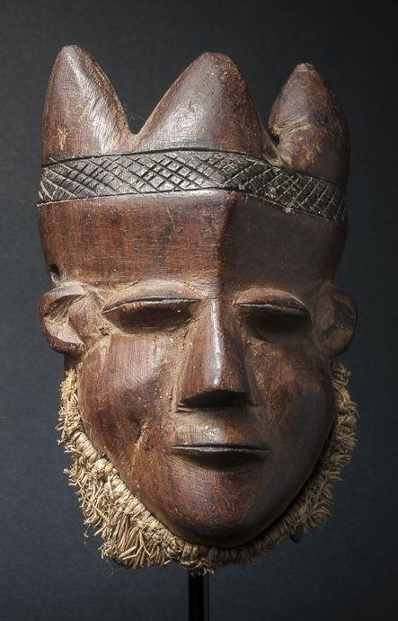 Klein paspoort masker in hout - PENDE - D.R. Congo