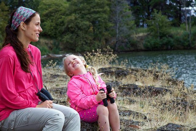 Foto de mamá e hija disfrutando juntas