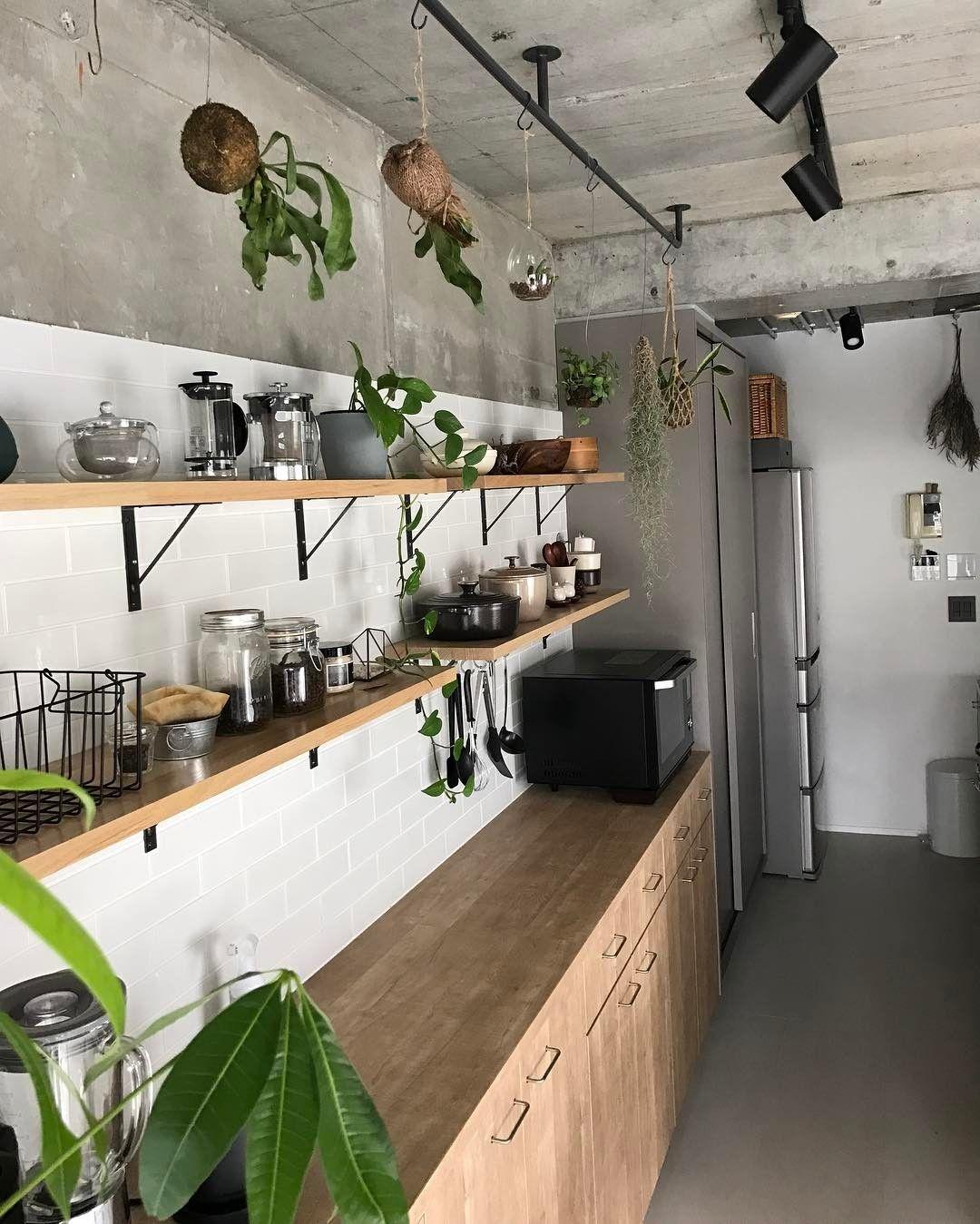 おはようございます キッチンにはバックカウンター収納と その奥に天井までのトール収納があります 当初 このトール収納も手前のバックカウンターと同じ木目で計画していたのですが ちょっと優しい印象になりすぎちゃうかもね ということで キ キッチン