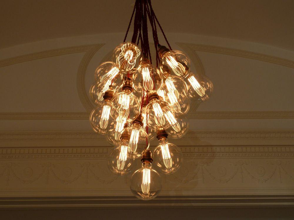 Filament Lightbulb Chandelier I Want Design De Loja De Varejo Lojas De Varejo Design De Loja