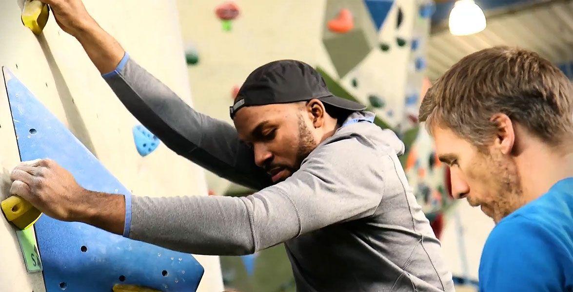 Masterstudent Jesse testet für die Techniker (TK) den Fitness-Trend Bouldern