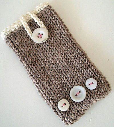 Fuente: http://www.helenlimbrick.com/2012/01/knitted-phone-case.html