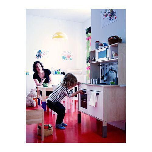 DUKTIG Minicucina IKEA Favorisce il gioco di ruolo: i bambini sviluppano le proprie abilità sociali imitando gli adulti e inventandosi dei ruoli.