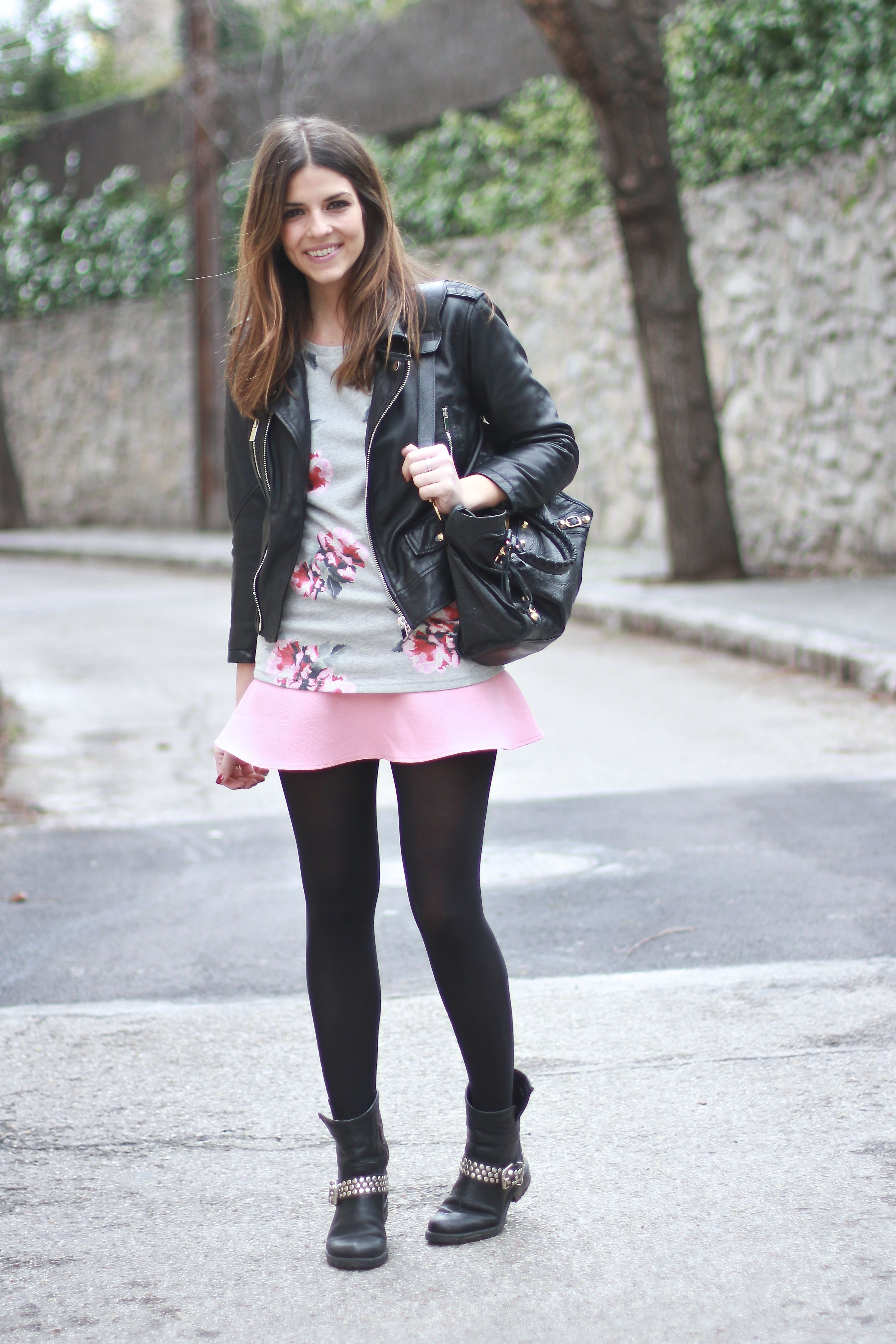 trendy_taste-look-outfit-street_style-ootd-fashion_spain-moda_españa-blogger-flower_print-estampado-sudadera_slores-sweatshirt-pink_skirt-falda_rosa-steve_madden-botines_tachuelas-studed_booties-balenciaga_city_bag-look_rockero-polaroid-11