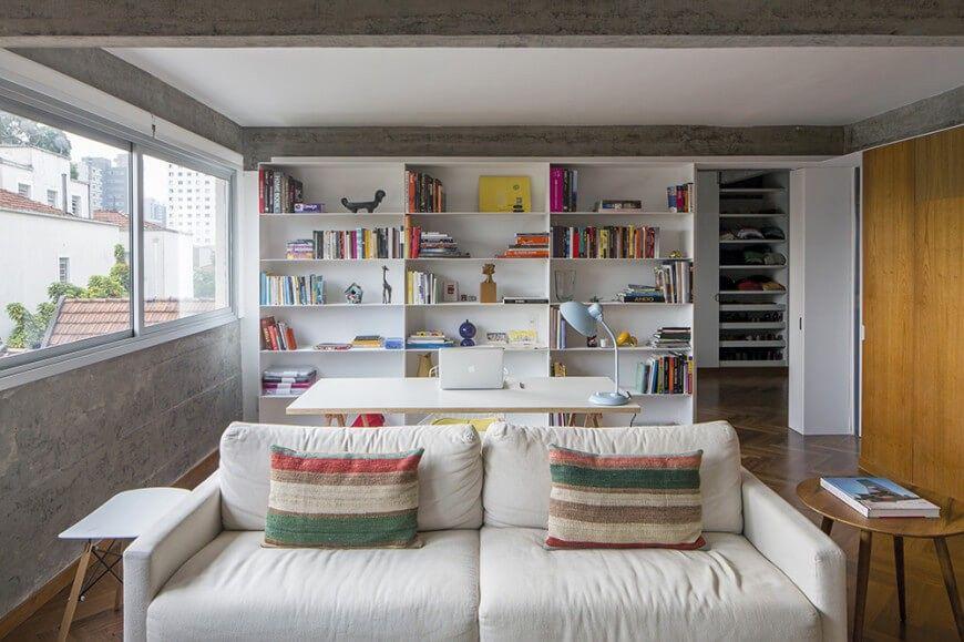 Über dem Wohnzimmer Sofa sehen wir einen minimalistischen weißen
