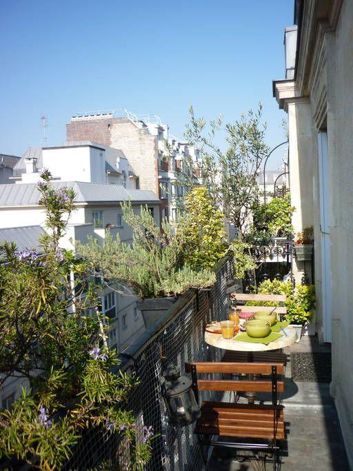 Appartement à paris, france. chambre ensoleillée avec balcon ...