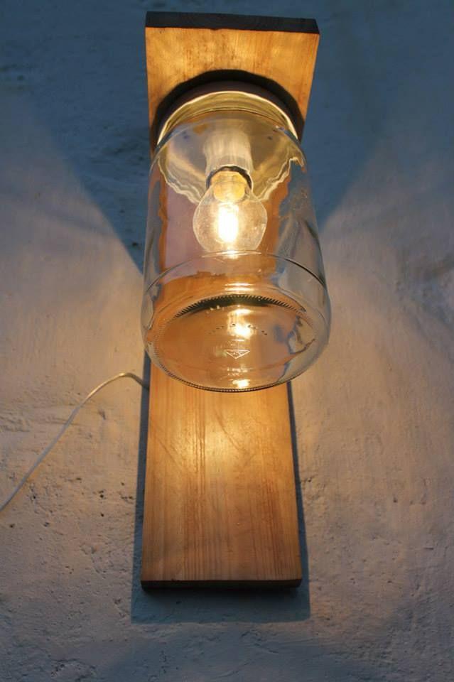 Lanterna per esterno in legno e vetro. In particolare la lanterna è stata ottenuta da un boccaccio in vetro e da legna riciclata da vacchie pedane. La luce viene diffusa in maniera uniforme creando un'atmosfera rilassante.