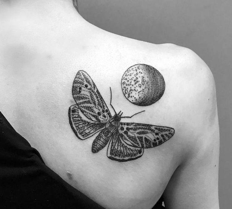 Tattoo Motte Mond Frau Bedeutung Dotwork Schulterblatt Mothtattoo Tattoo Bedeutungen Tattoo Ideen Pferd Tattoo