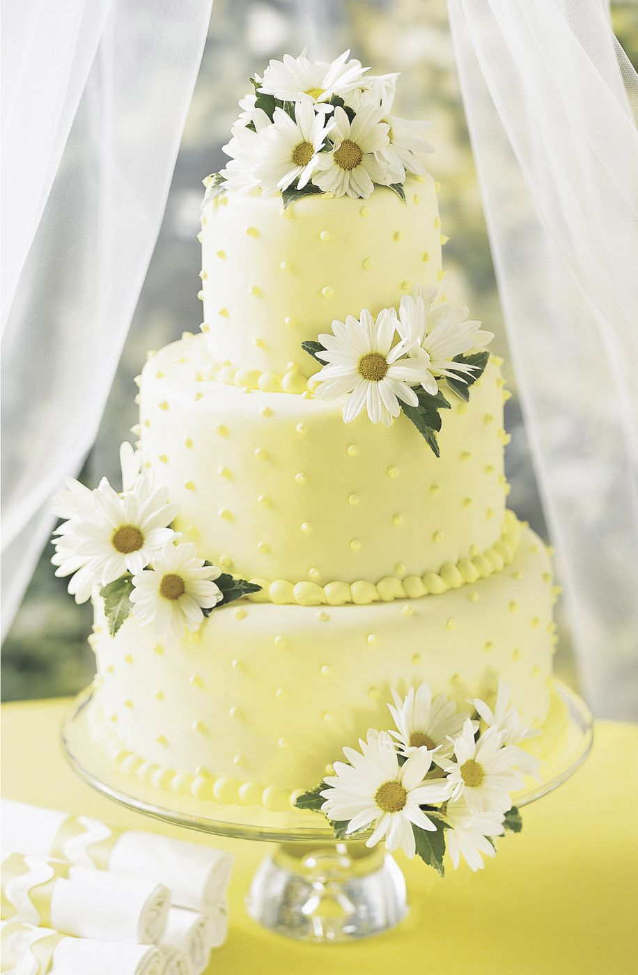 Gorgeous lemon yellow wedding cake with daisy decoration. | Wedding ...