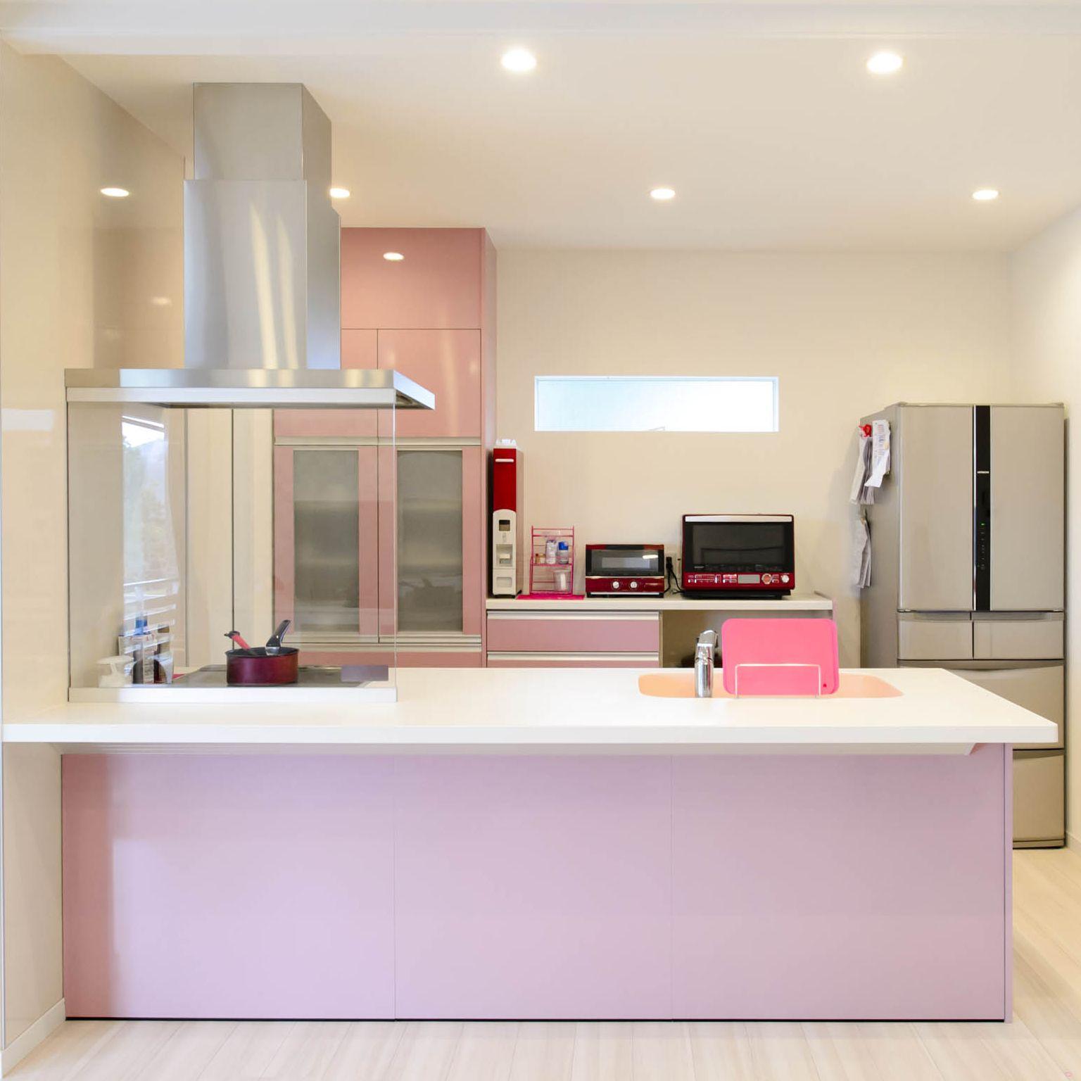 ピンク好きな奥様のかわいいキッチン 水回りから棚 家電まで同系色
