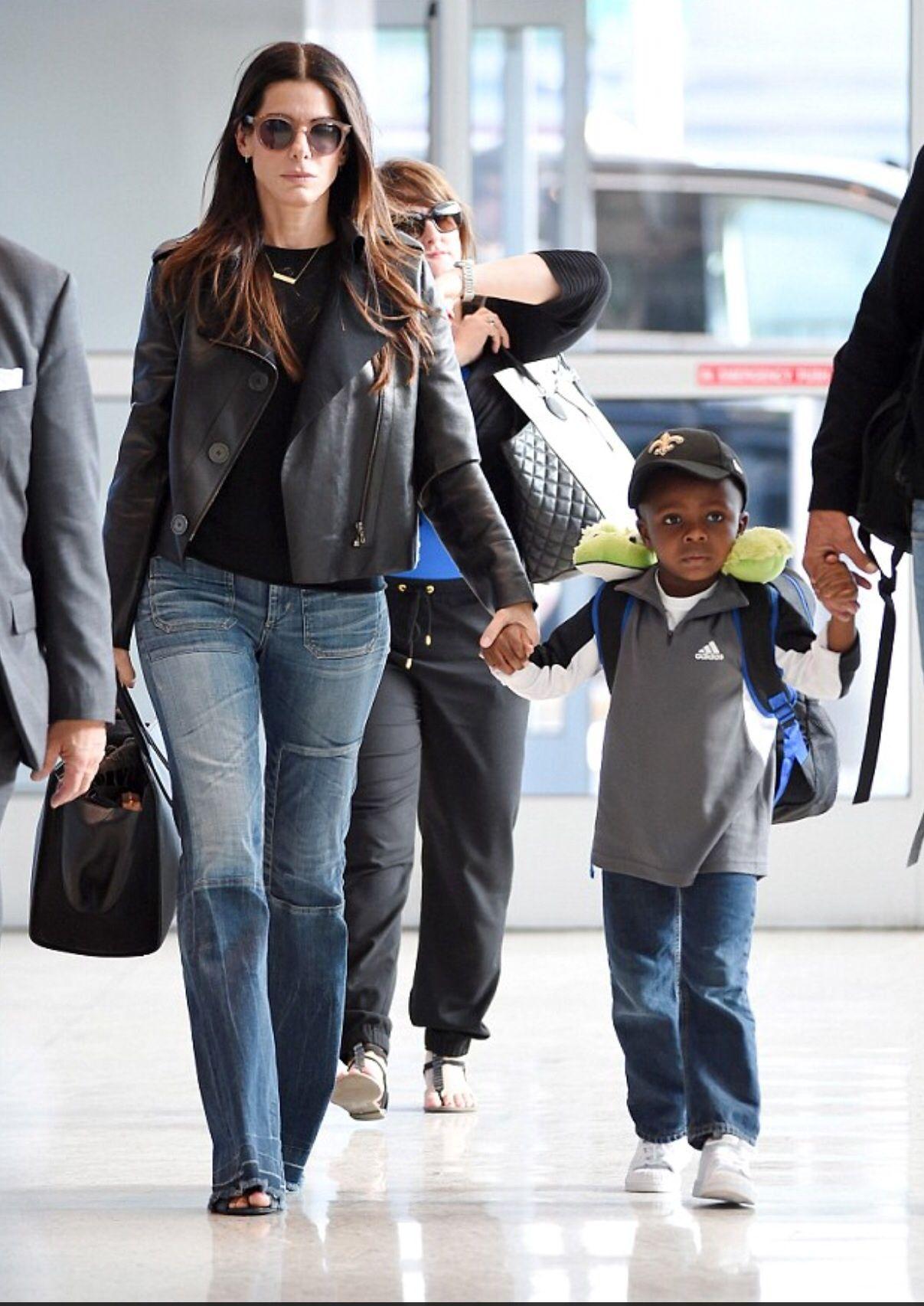 Sandra Bullock in flare distressed denim Moda estilo