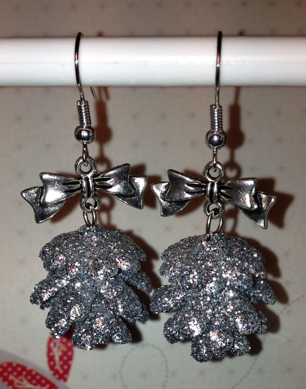 Boucles d'oreille Pommes de pin argentées : Boucles d'oreille par l-atelier-creatif-de-aude