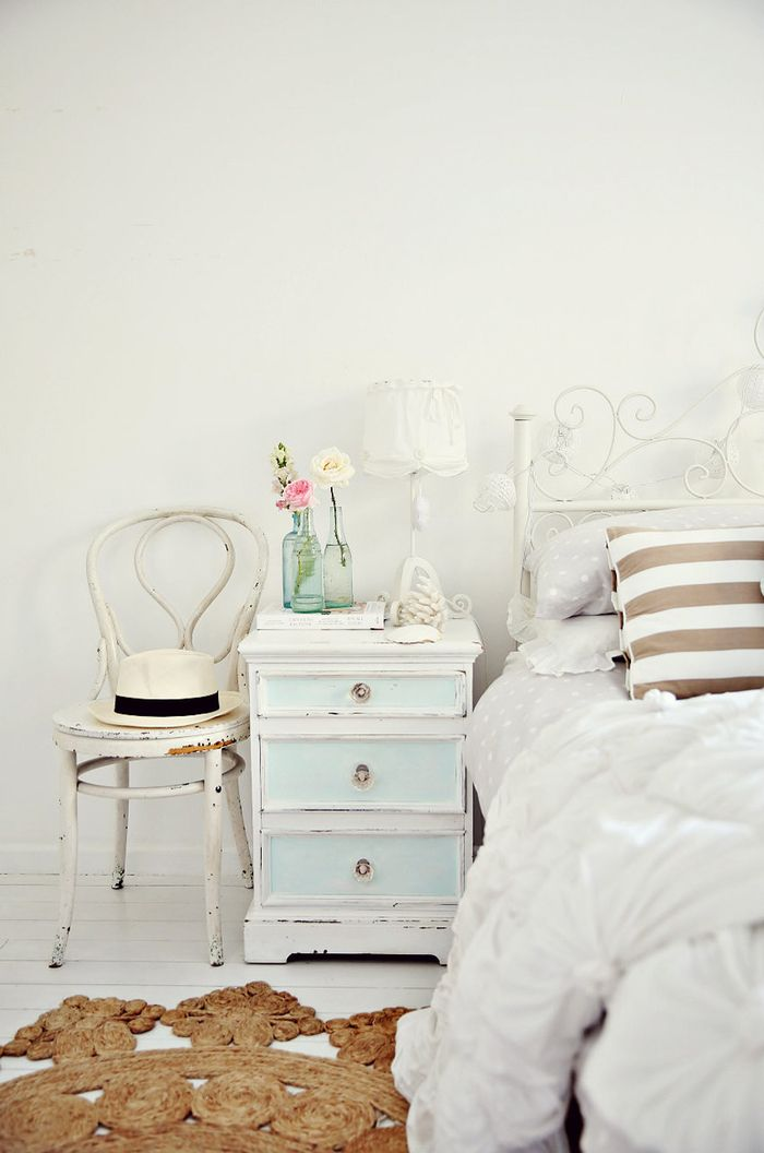 shabby chic schlafzimmer, pastellfarben, altersspuren, weiss und
