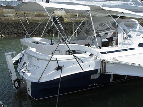 Fully-equipped Dragonfly 35 cruiser, showing sprayhood