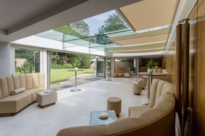 1 salon moderne avec canape beige et plafond