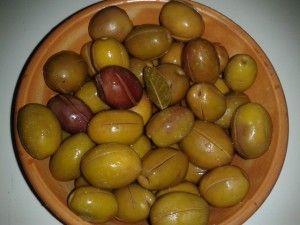 Grüne eingeschnittene Oliven