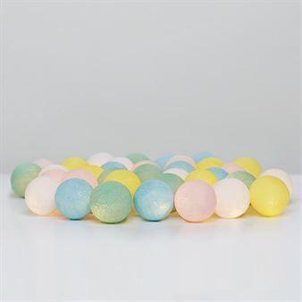 Irislights Fairytale är en ljuvlig ljusslinga med LED-lampor och handgjorda bollar i olika kulörer. Fairytale har en härlig färgskala med bollar som går i ljusblått, ljusgult, mintgrönt och ljusrosa. Slingan blir en mysig inredningsdetalj som när den är tänd sprider ett varmt och trivsamt sken. Ljusslingan kan placeras på en mängd olika sätt och är en uppskattad inredningsdetalj av både vuxna och barn!