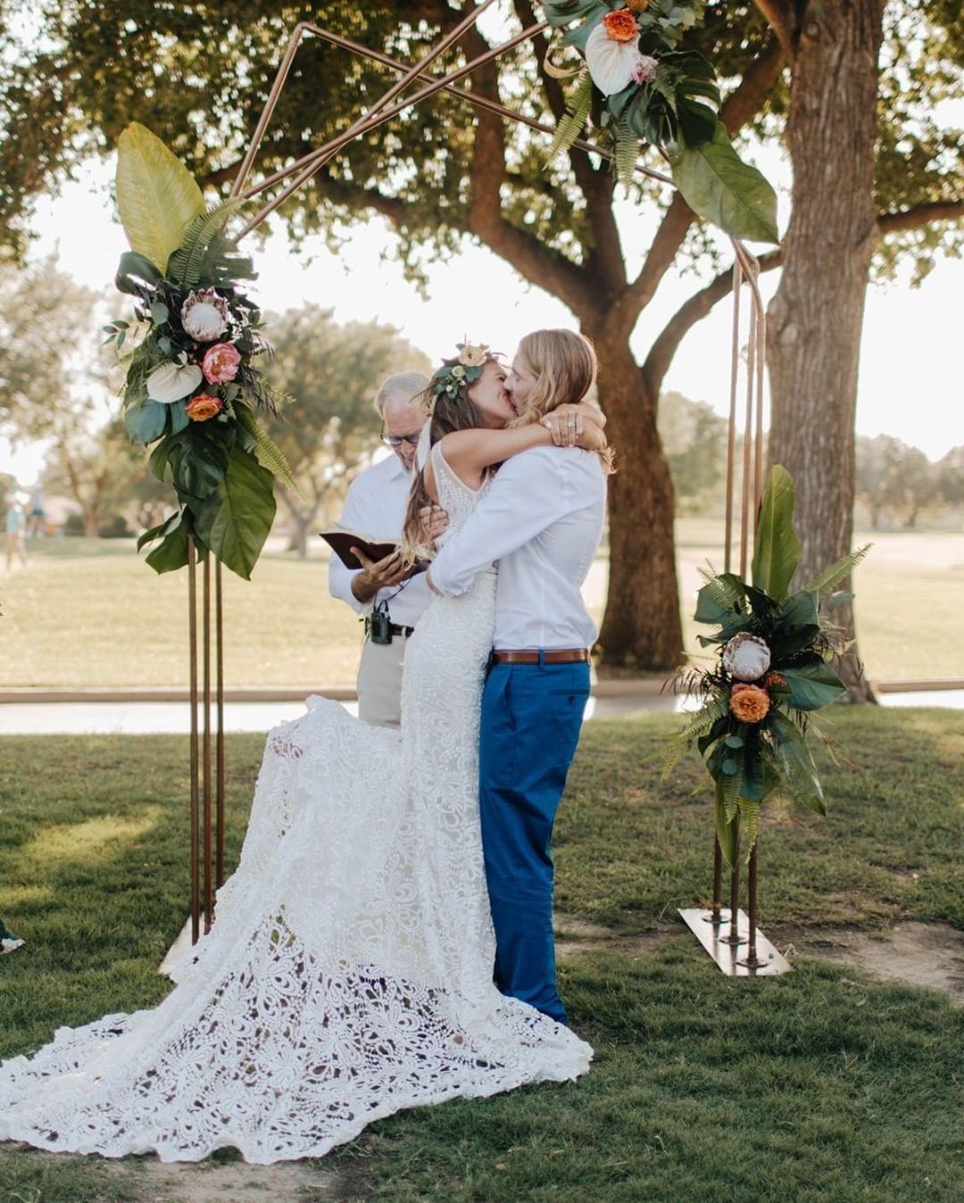 Tropics Meet Texas With This Summer Wedding In Dallas Tropical Wedding Flowers Event Rental Wedding