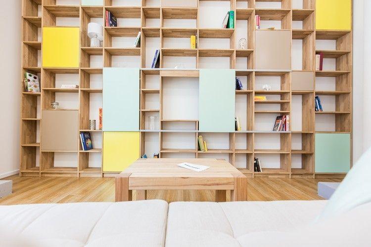 aménagement intérieur  bibliothèque murale en bois avec portes