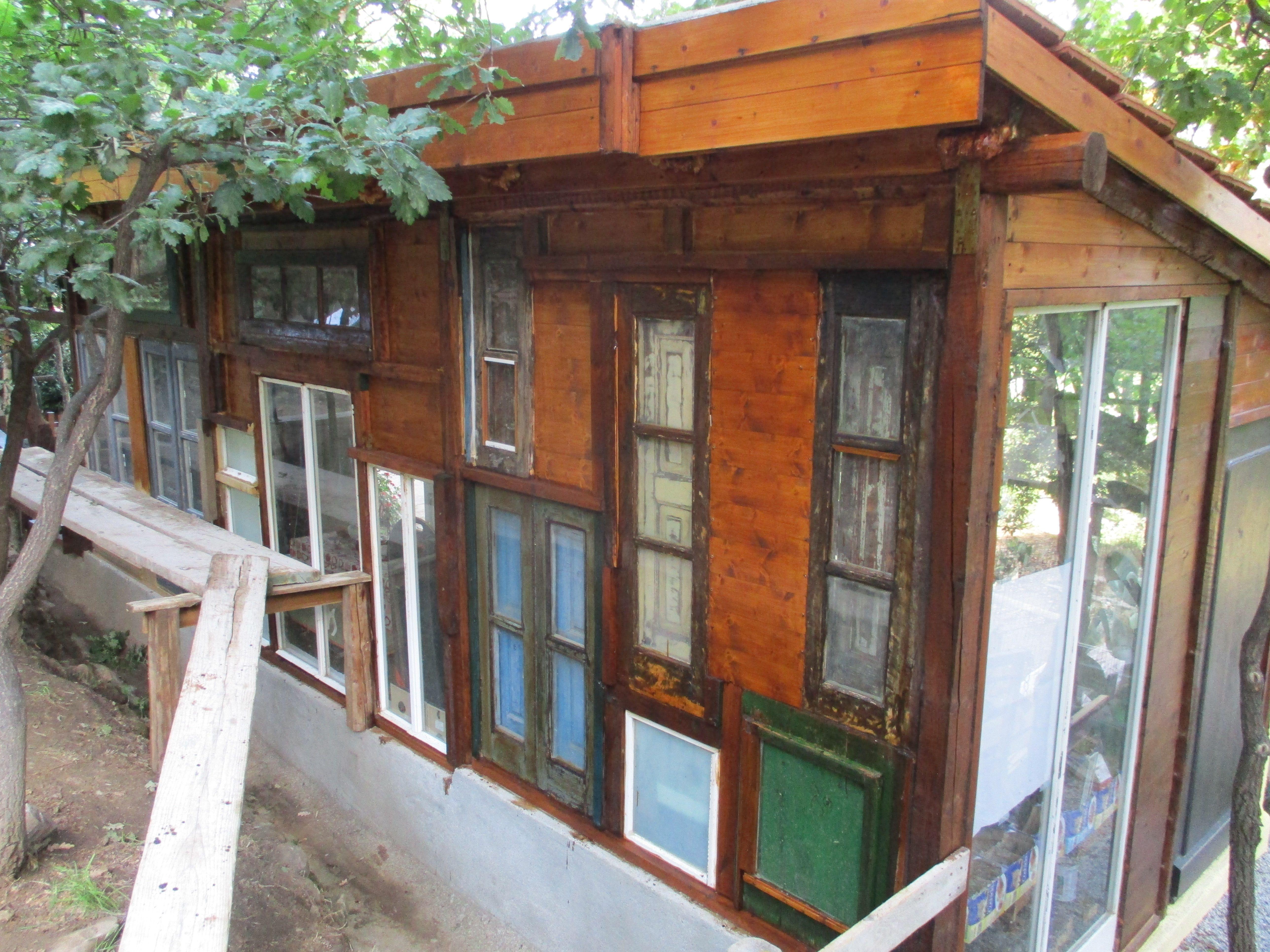 Das Gartenhaus besteht eigentlich nur aus alten Fenstern
