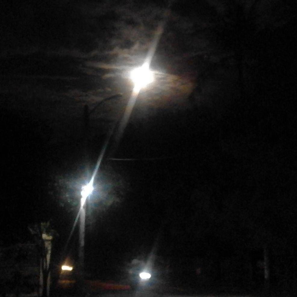 Amtara Cahaya Bulan Dan Lampu Jalan Di Malam Hari