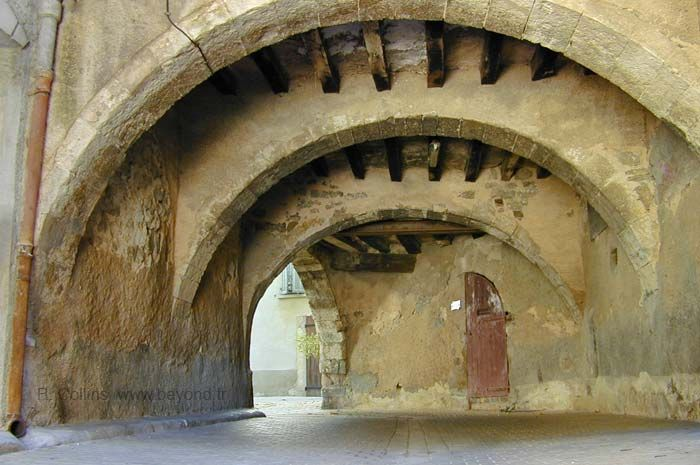 Vaulted passage in the center of Besse-sur-Issole.