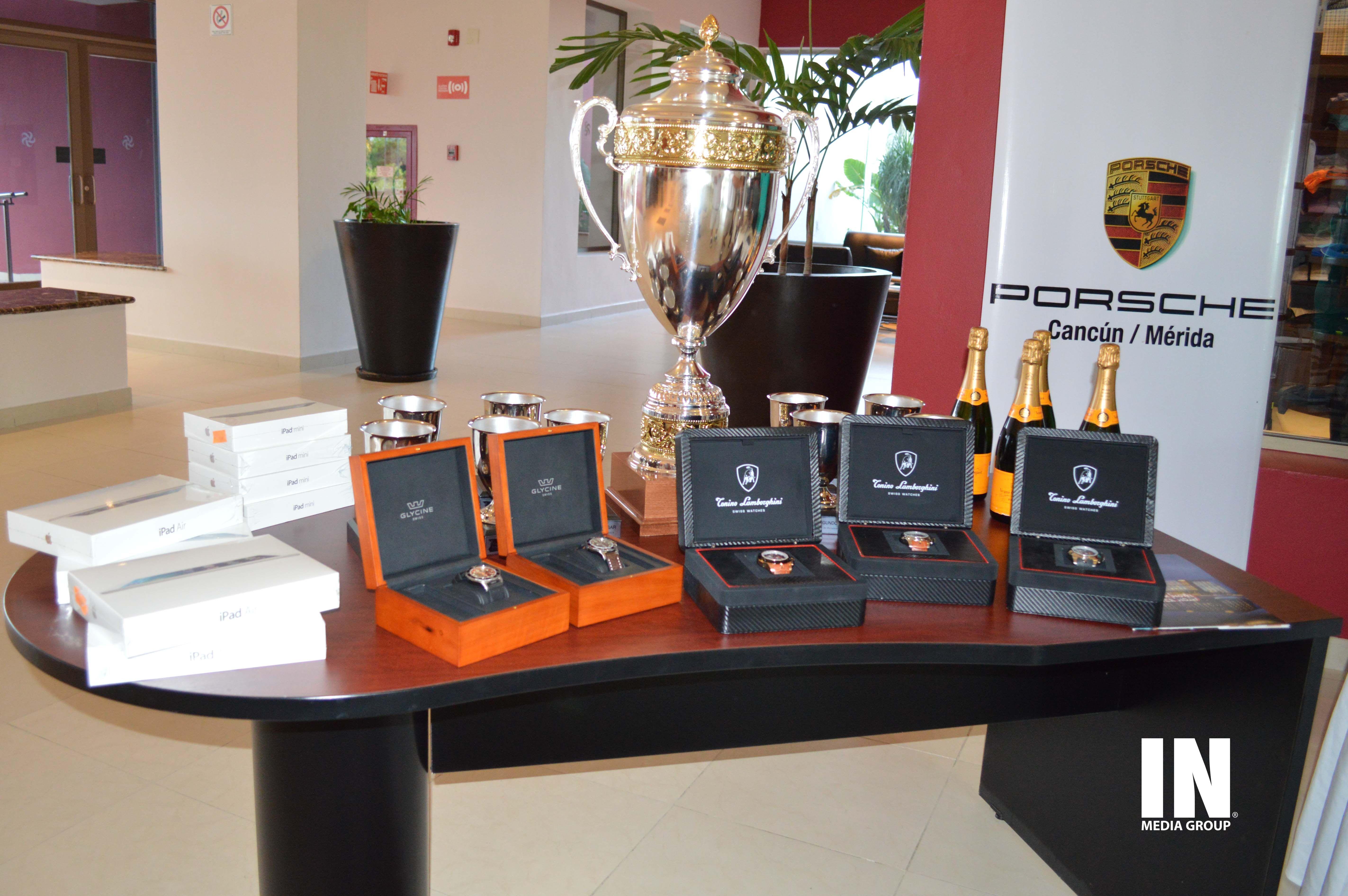 Trofeos y regalos del torneo.