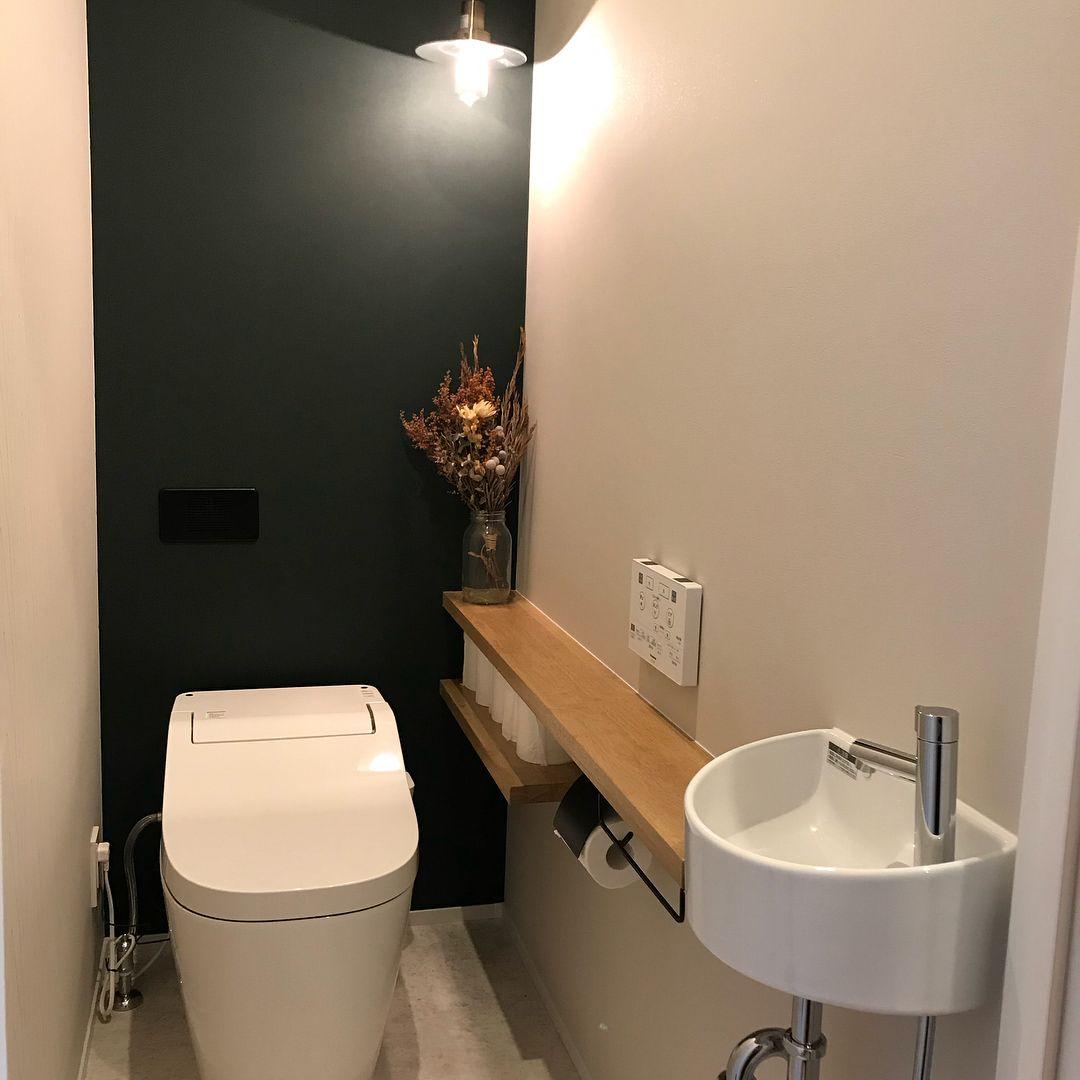 In Myhomeはinstagramを利用しています 2階のトイレ ここもお気に入り空間 グリーンのアクセントクロスにギザギザ模様の組み合わせ 照明はダウンライトとペンダント 2階は窓がないので少し明るめ 狭小手洗い器とカウンターをつけてもらいま トイレ