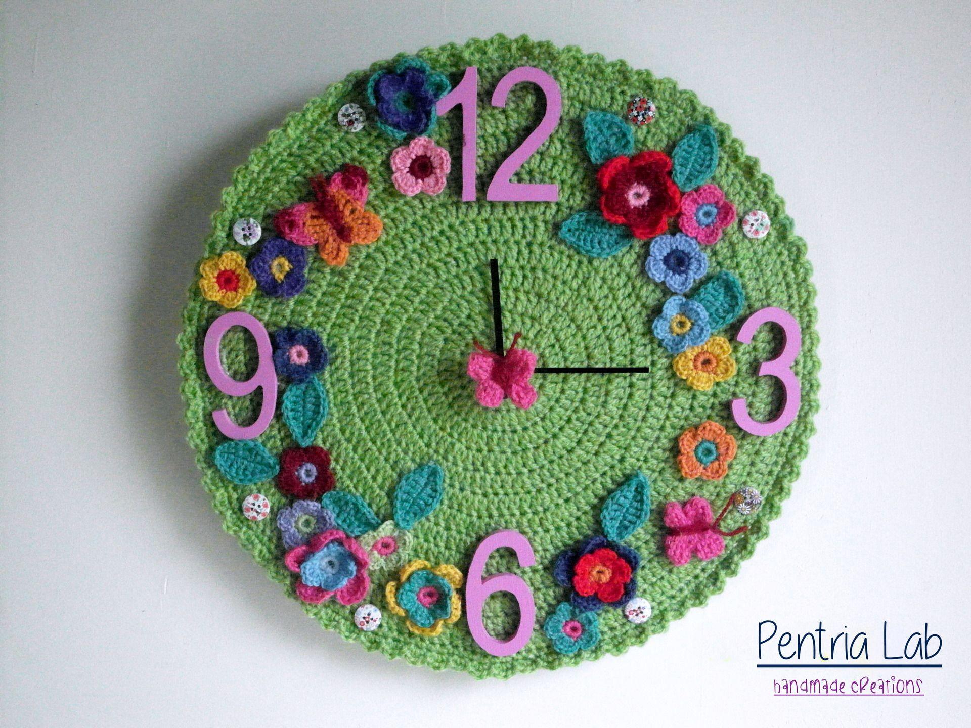 Orologio a parete in legno ed uncinetto con fiori e for Idee per orologio da parete