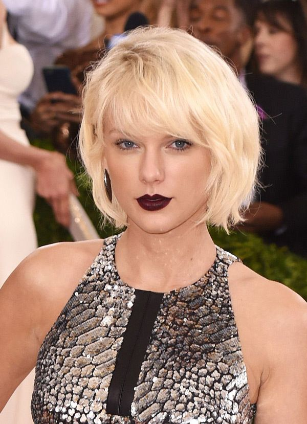 Taylor Swift S Met Ball Beauty Platinum Blonde Hair Dark Lip Platinum Blonde Hair Taylor Swift Hair Platinum Blonde