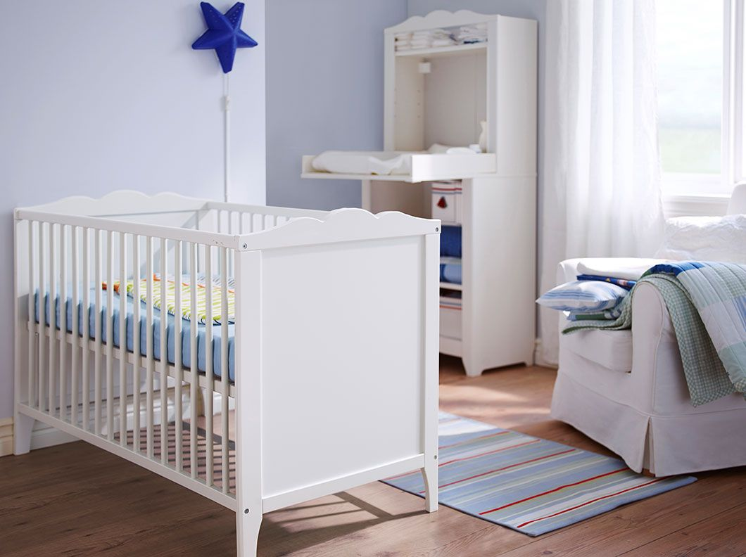 ein kinderzimmer mit hensvik babybett in wei mit 3 teiligem sovdags babybett set in blau. Black Bedroom Furniture Sets. Home Design Ideas