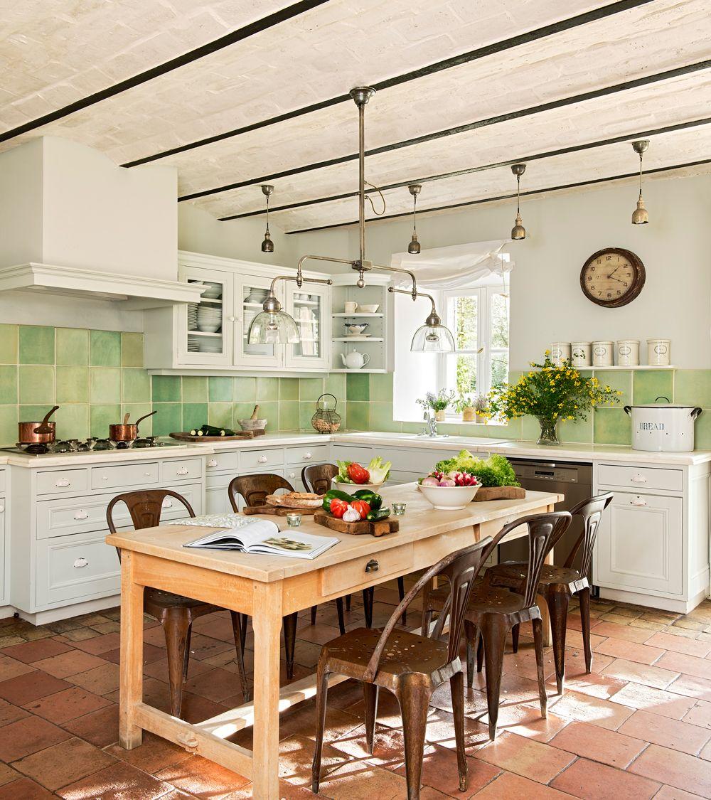 Cocina rústica con azulejos verdes como antepecho. Mesa de madera ...