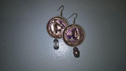 Boucles d'Oreille faites à base de capsules nespresso. Une perle différente est accrochée en dessous de chaque capsule.  L'Aluminium est un matériau très agréable à porte - 16802344