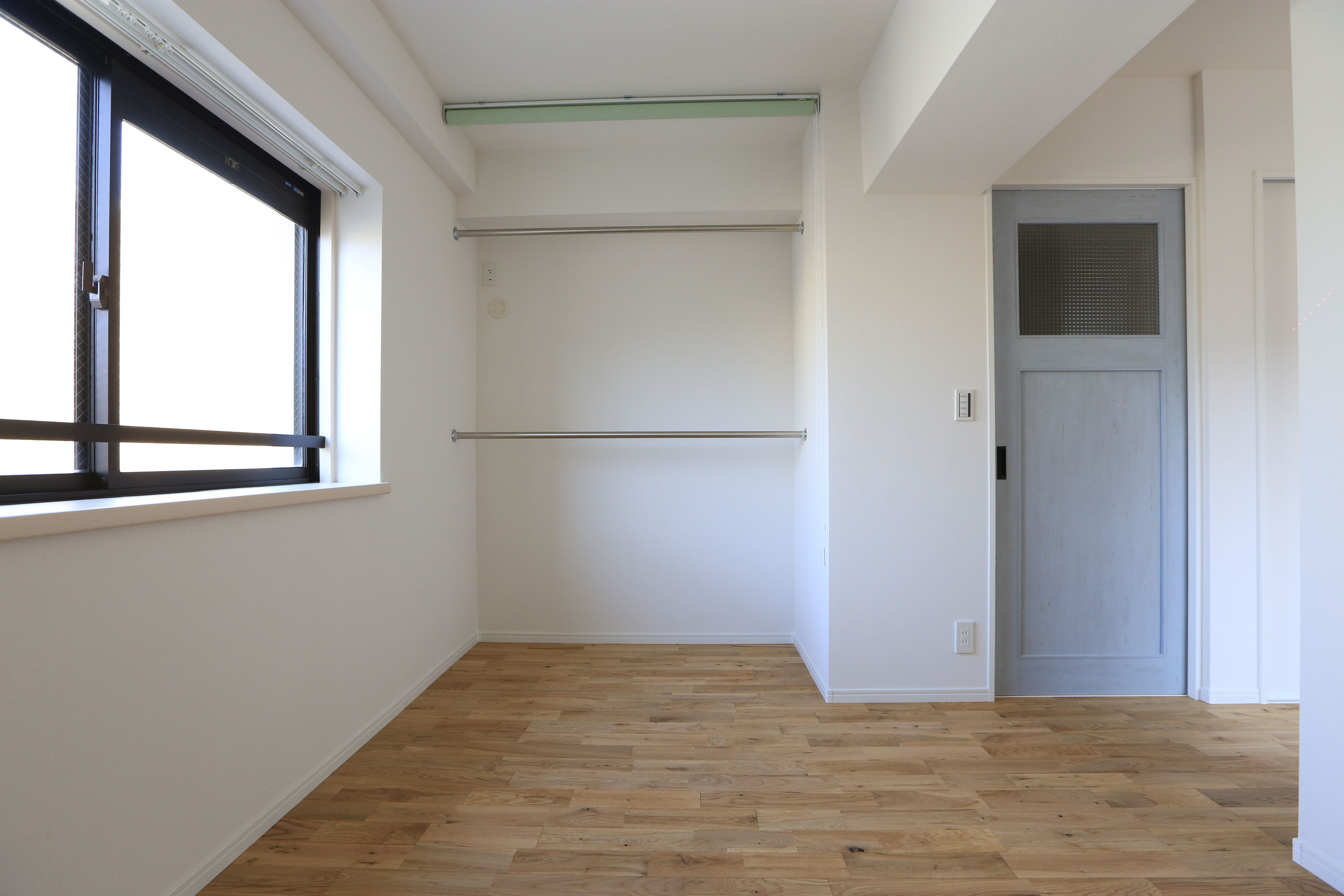 洋室になります よく見てもらうとハンガーパイプがあって収納できるスペースがあるのですが 隠せる様にロールスクリーンを設置してあります 洋室 寝室 収納 ハンガーパイプ ロールスクリーン リノベーション 横浜リノベーション 洋室 リノベーション