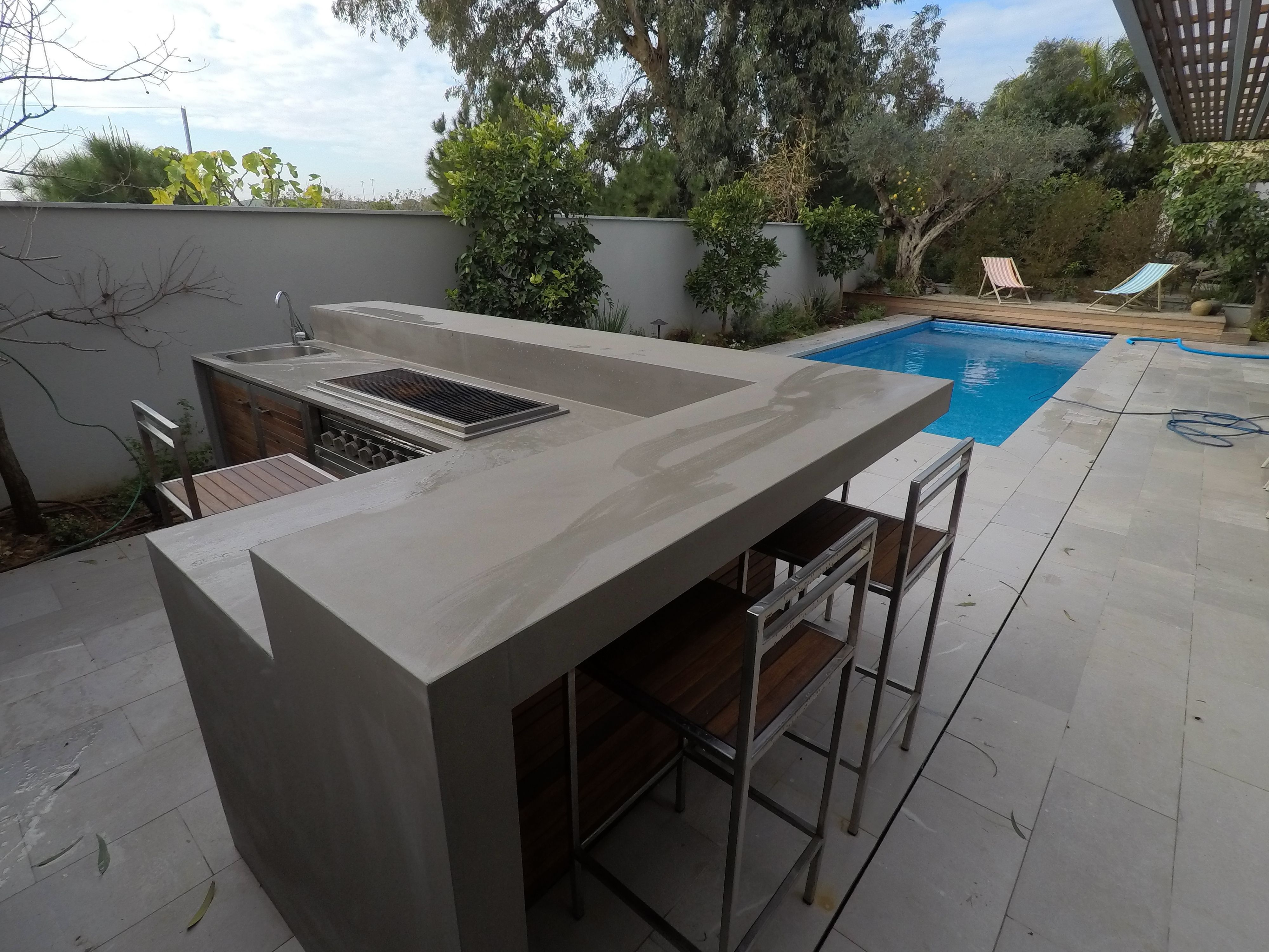 A Unique Outdoor Kitchen With A Full Cover Of Granith Modern Outdoor Kitchen Outdoor Kitchen Design Outdoor Kitchen