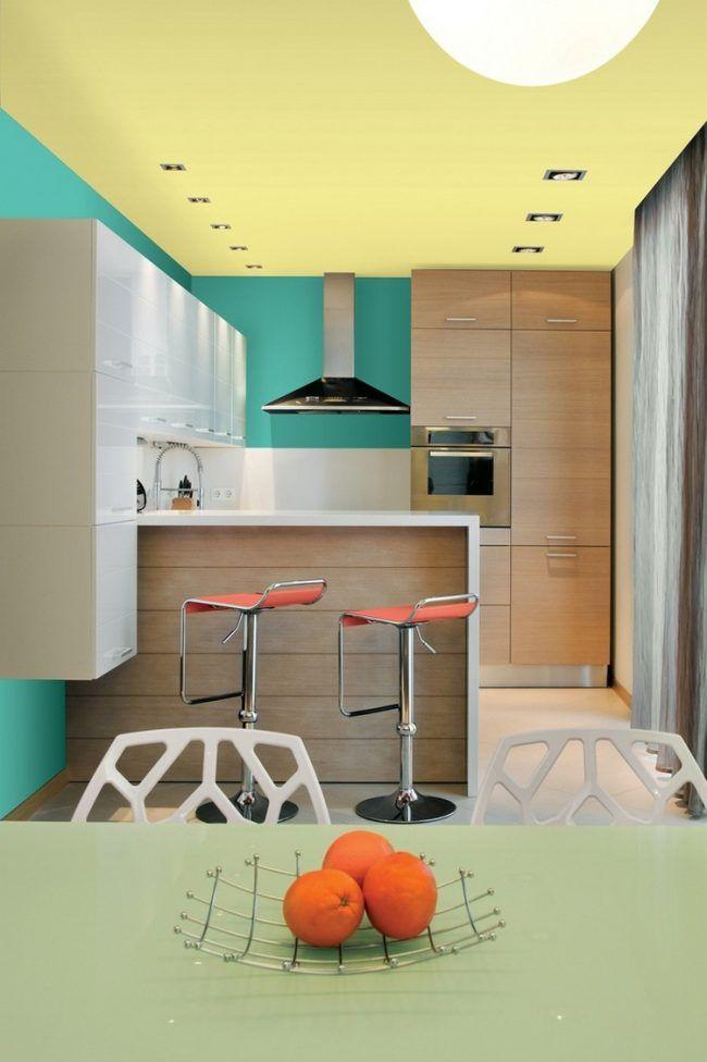 Welche Farbe für Küche gruene-wandfarbe-gelbe-decke-holz-hochglanz - küche hochglanz weiss