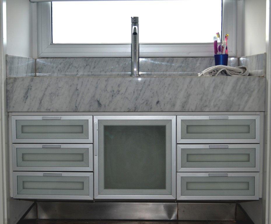 Mueble de ba o en melamina con aluminio y vidro esmerilado for Puertas de aluminio blanco para bano